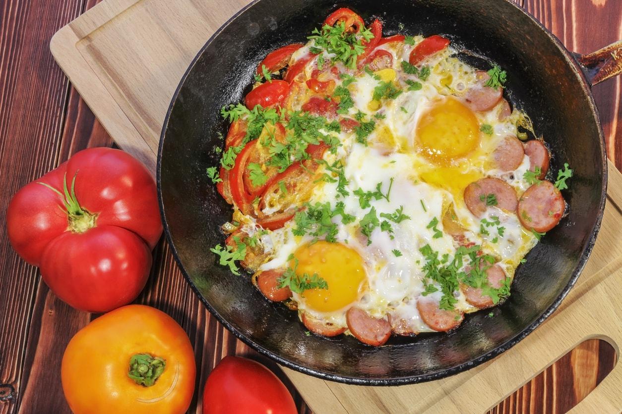 Gemüsepfanne mit Ei und Petersilie