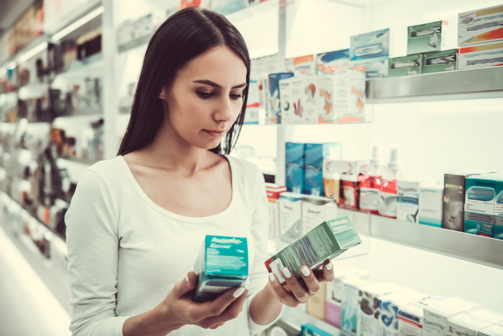 Frau wählt Produkte in Apotheke