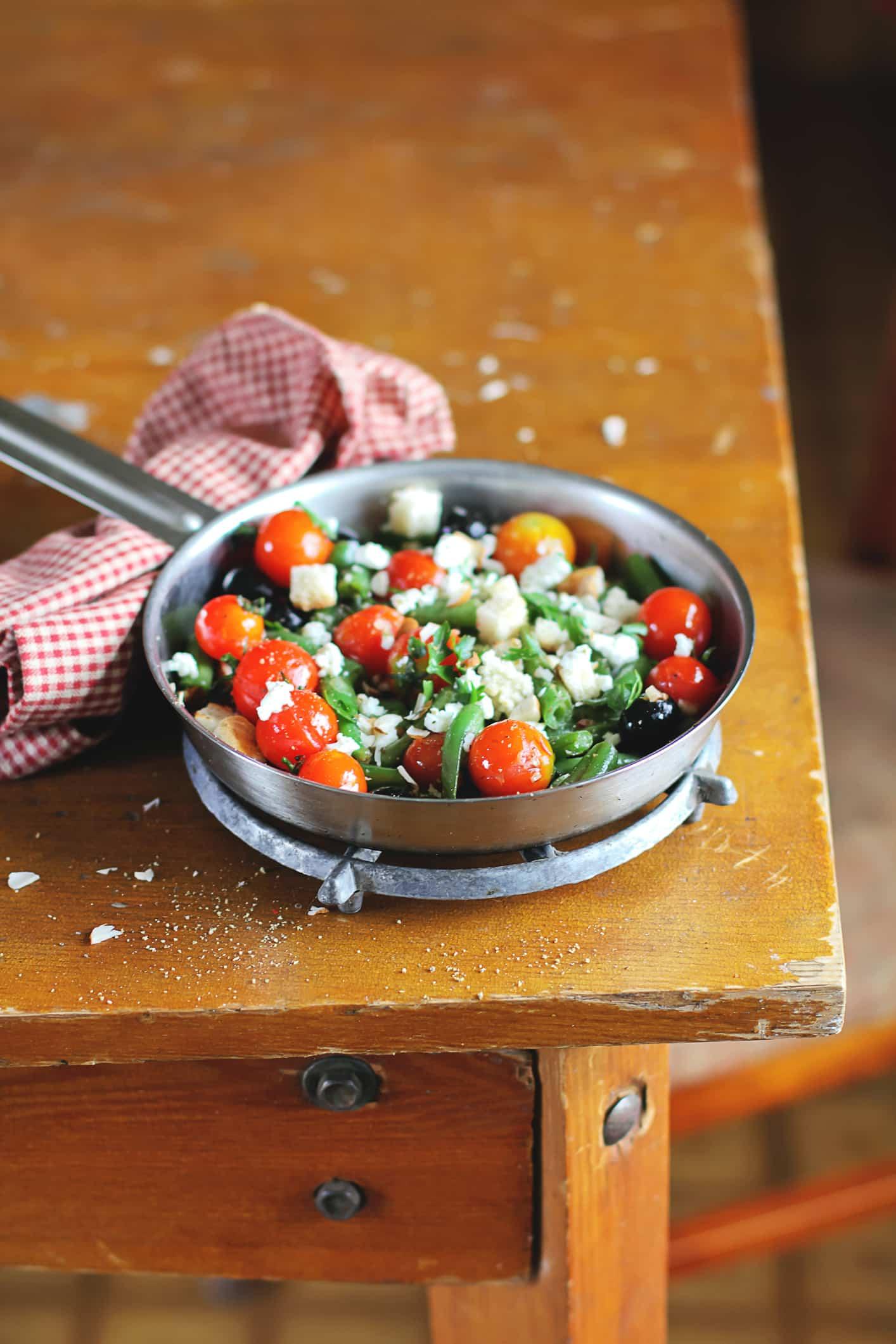 Mediterraner-Bohnensalat-mit-Parmesan-Basilikum-Pesto-Dressing