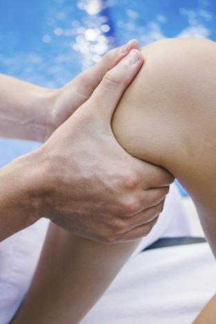 Mann massiert Beine