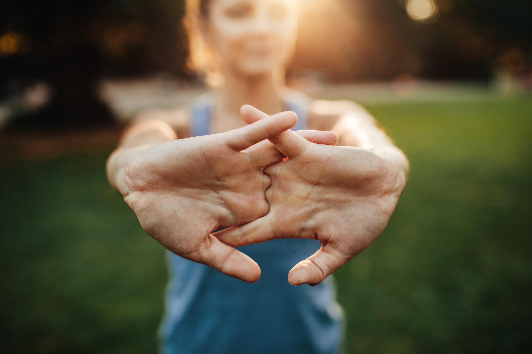 Tägliche Dehnübungen kann bei geschwollenen Händen helfen
