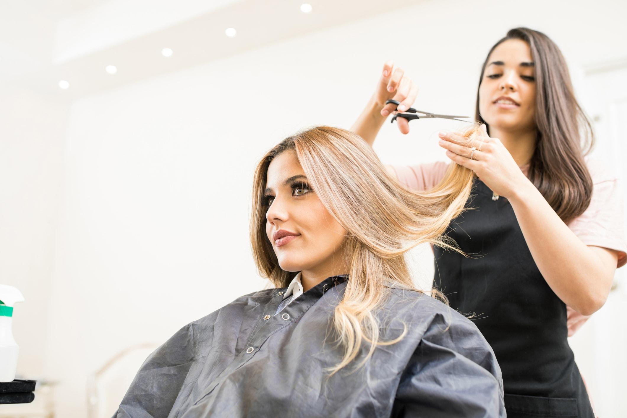 Lasse Dir regelmäßig die Haare schneiden, damit die spitzen schön und gesund wachsen können.