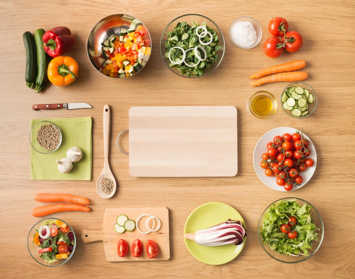 Gesundes Essen geordnet auf einem Holzboden