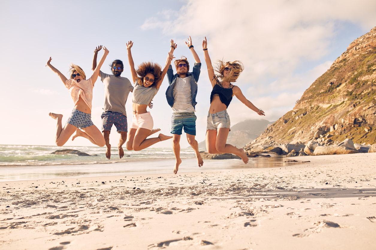 Glückliche Freunde am Strand