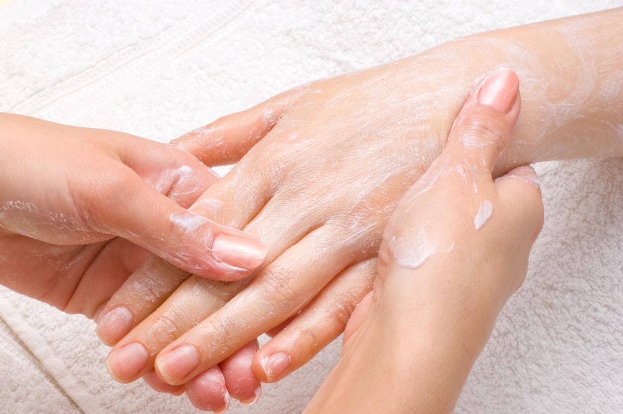 Eine Handmassage kann bei Schwellungen helfen
