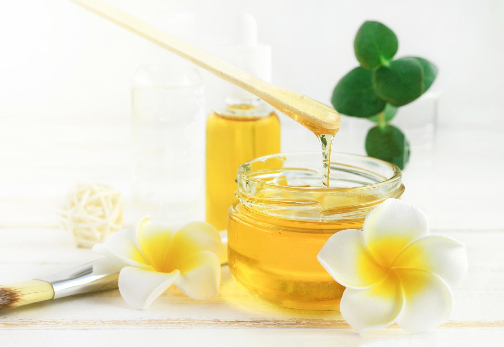Eine Honig-Ei-Maske hilft gegen kaputte Haare