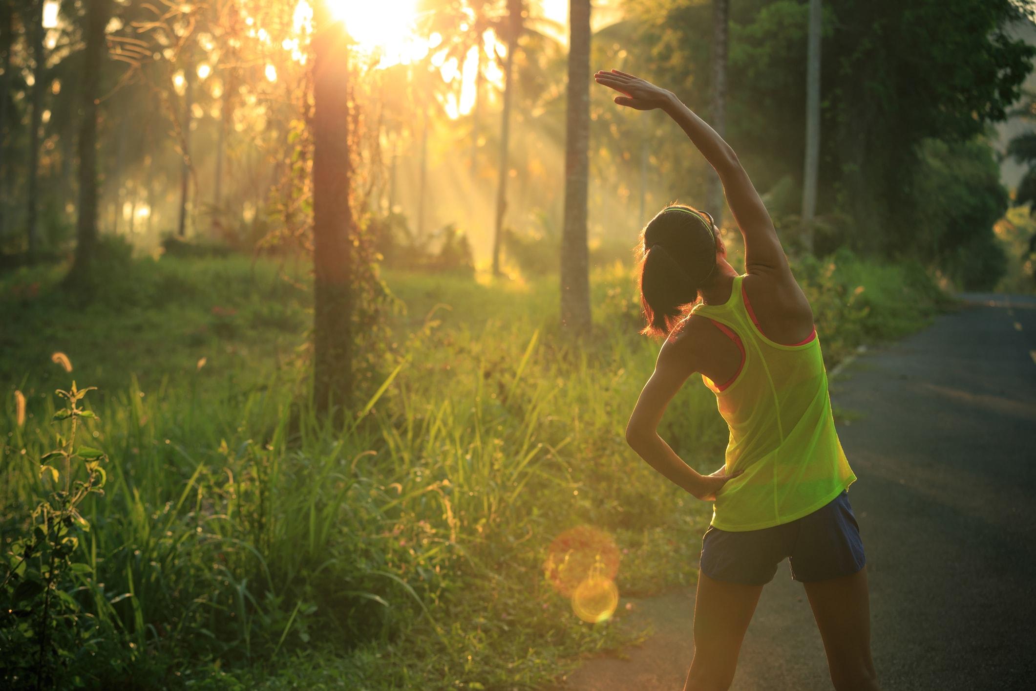 Frau joggt morgens im Wald