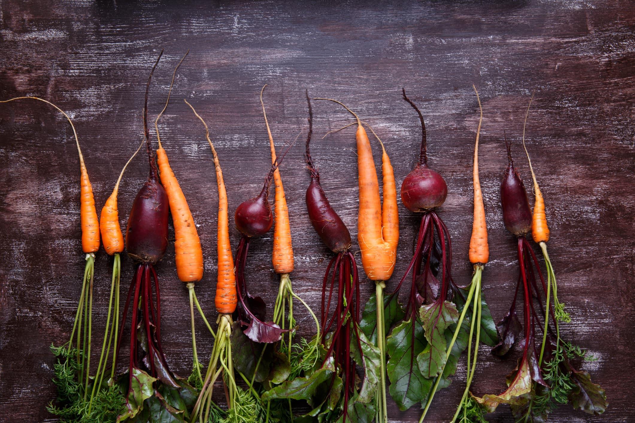 Karotte und rote Beete auf einem Holztisch