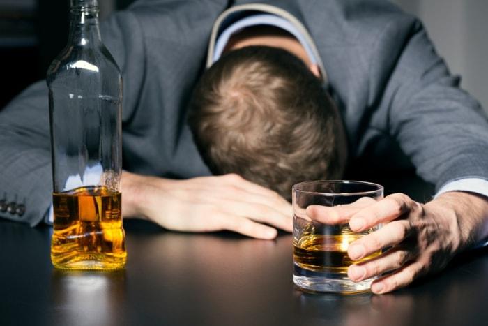 Mann hat einen Kater von Alkohol