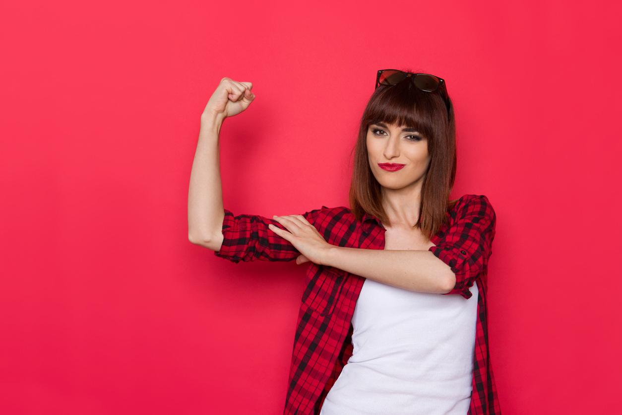 Frau zeigt ihre Muskeln