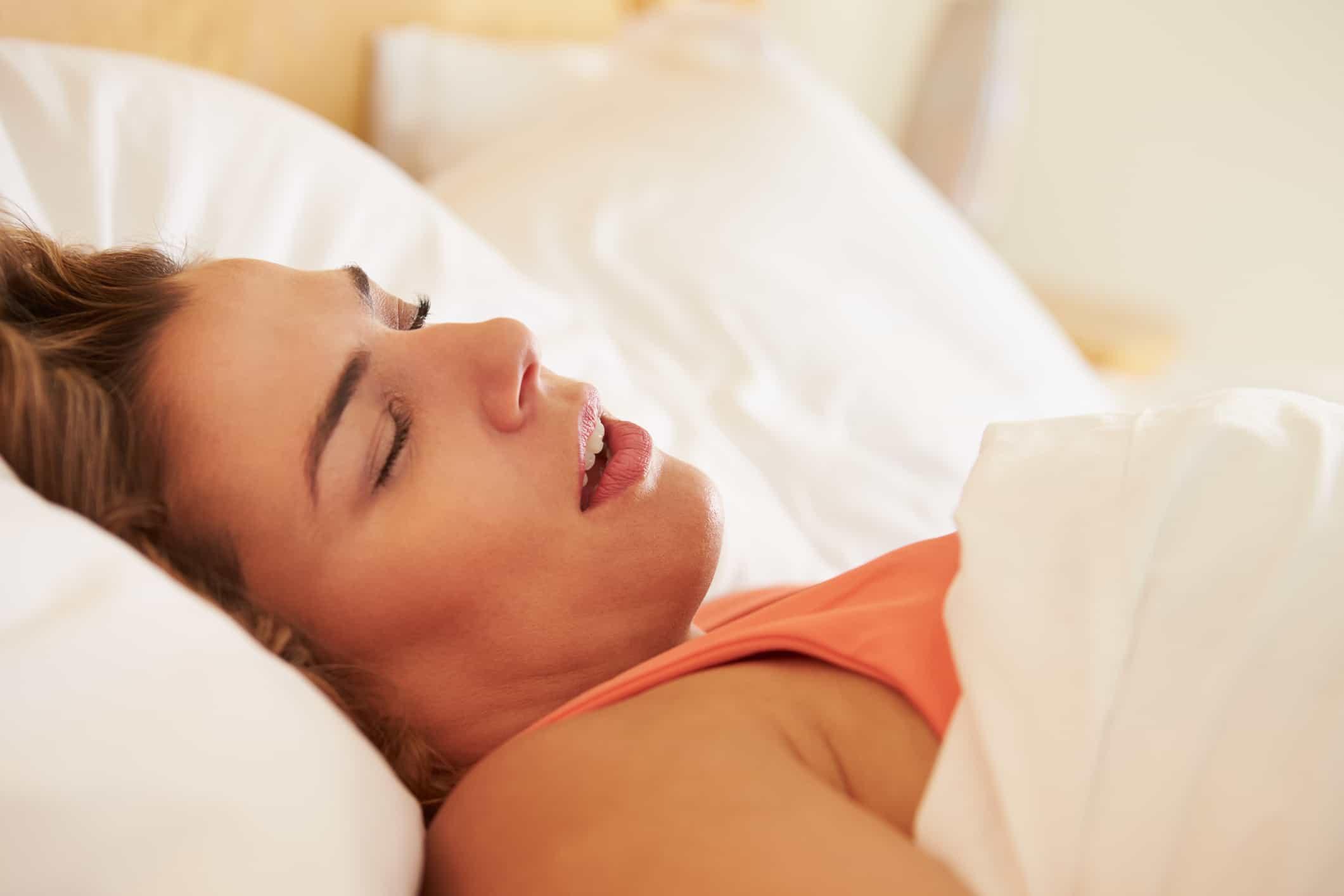 Frau schläft mit offenem Mund