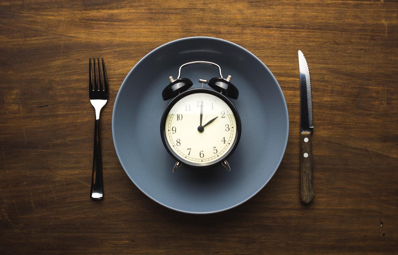 Uhr auf Teller, beste Zeit zum Essen