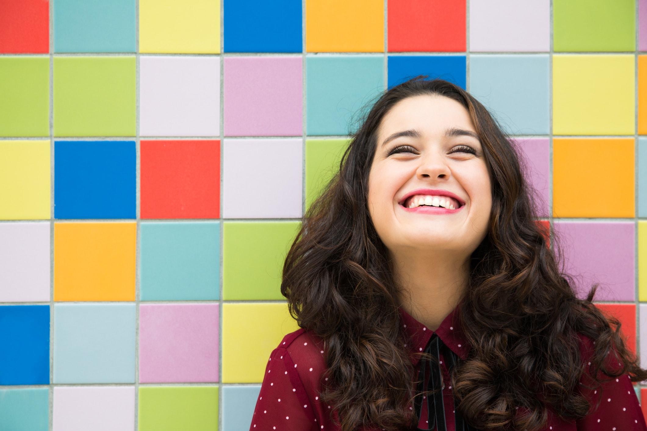 Frau lacht, bunter Hintergrund