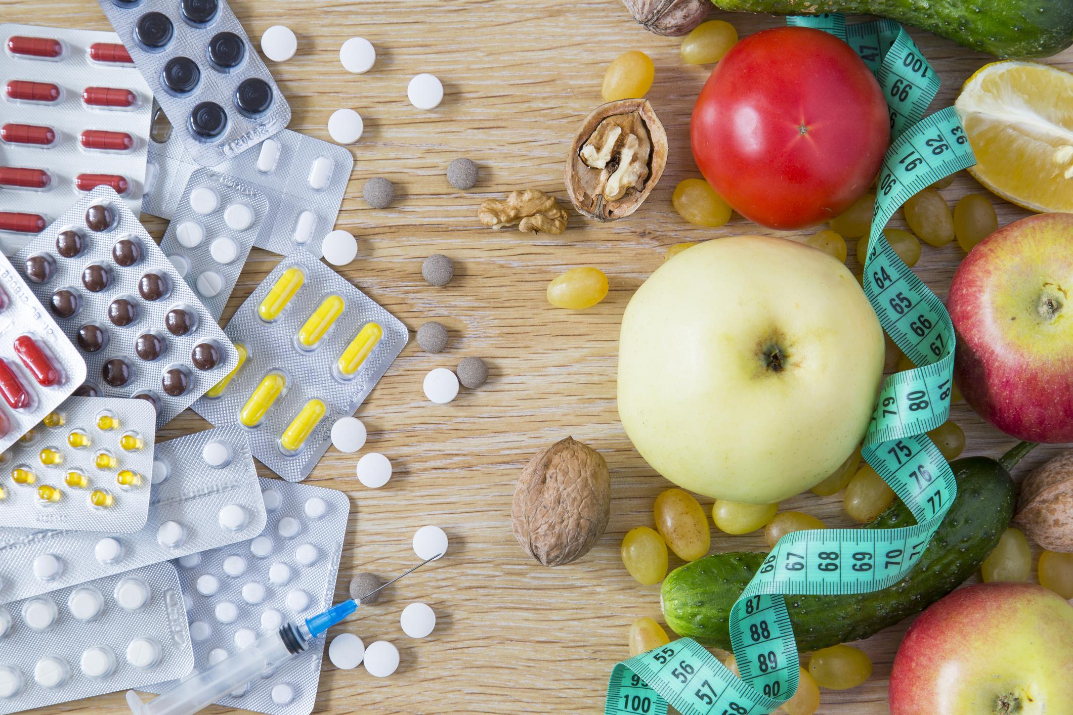 Vitamine und Obst auf dem Tisch