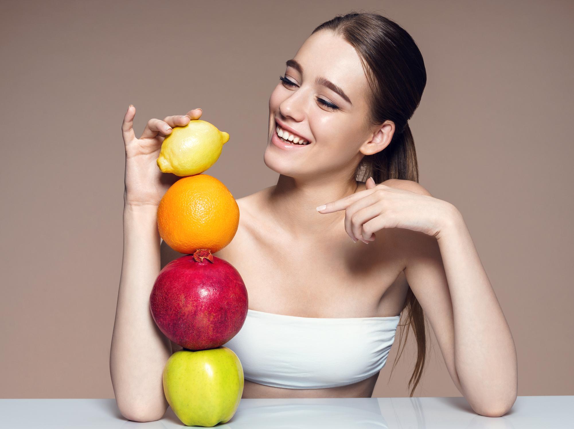 Mädchen und Zitrusfrüchte