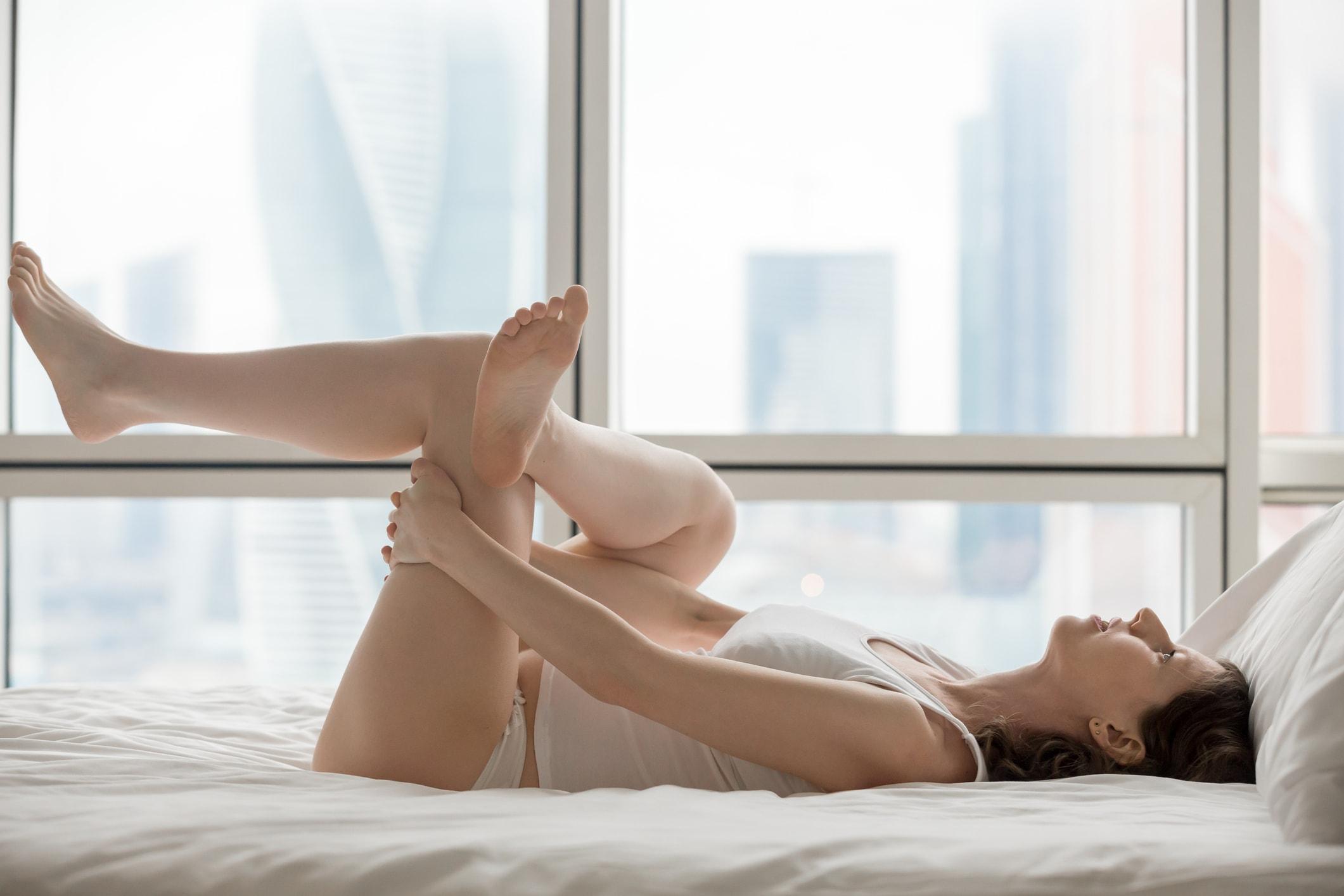 Mädchen liegt auf dem Bett
