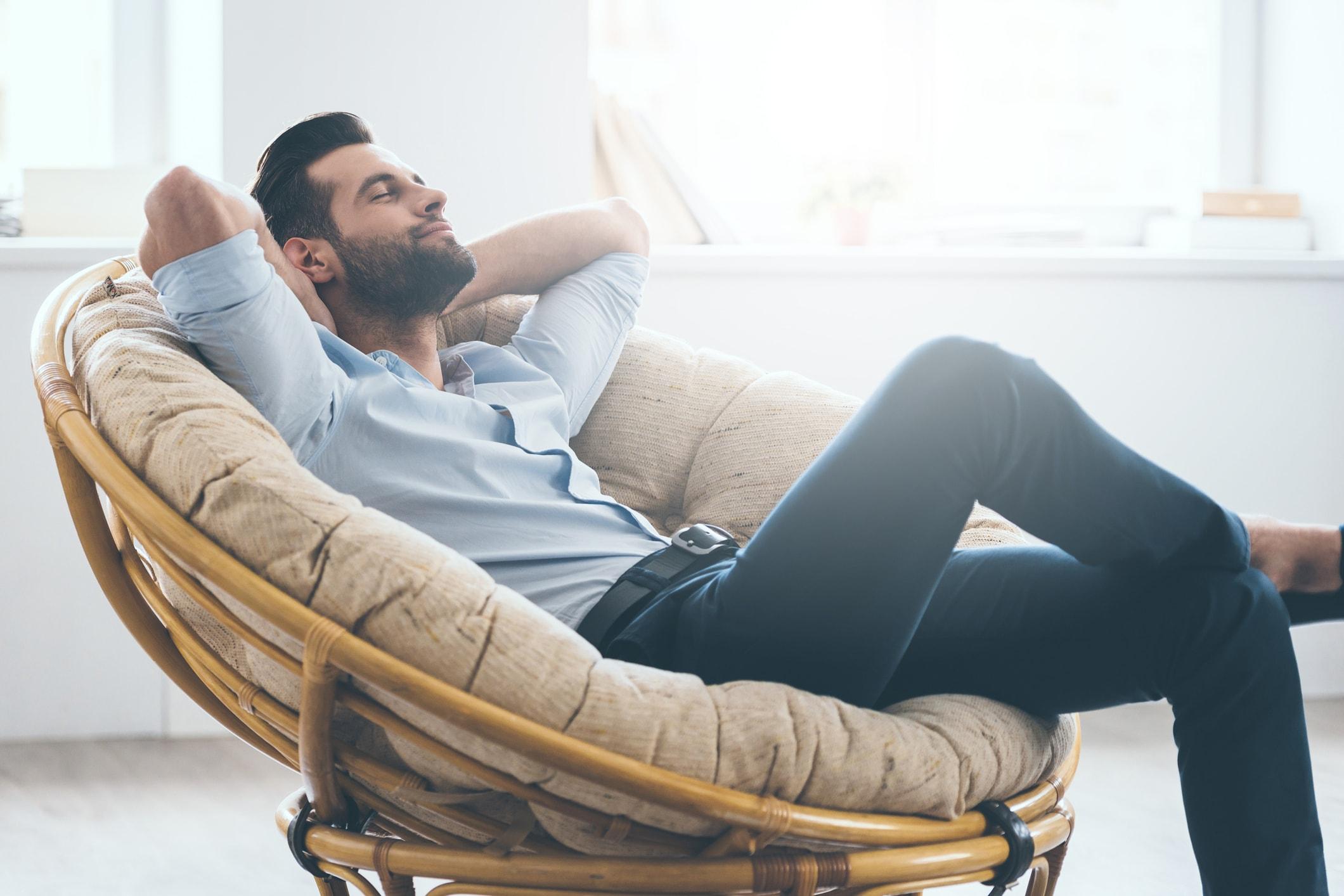 Mann auf dem Sofa
