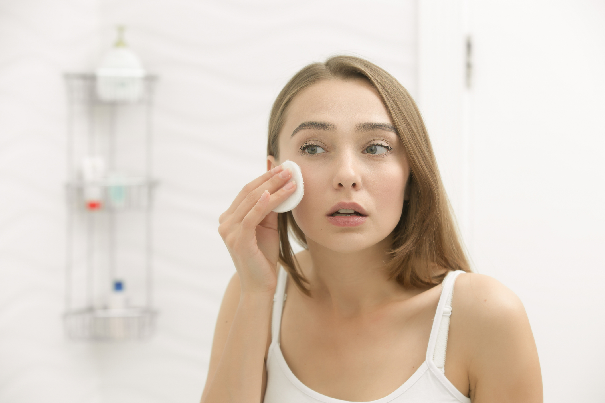Mädchen entfernt Make-up