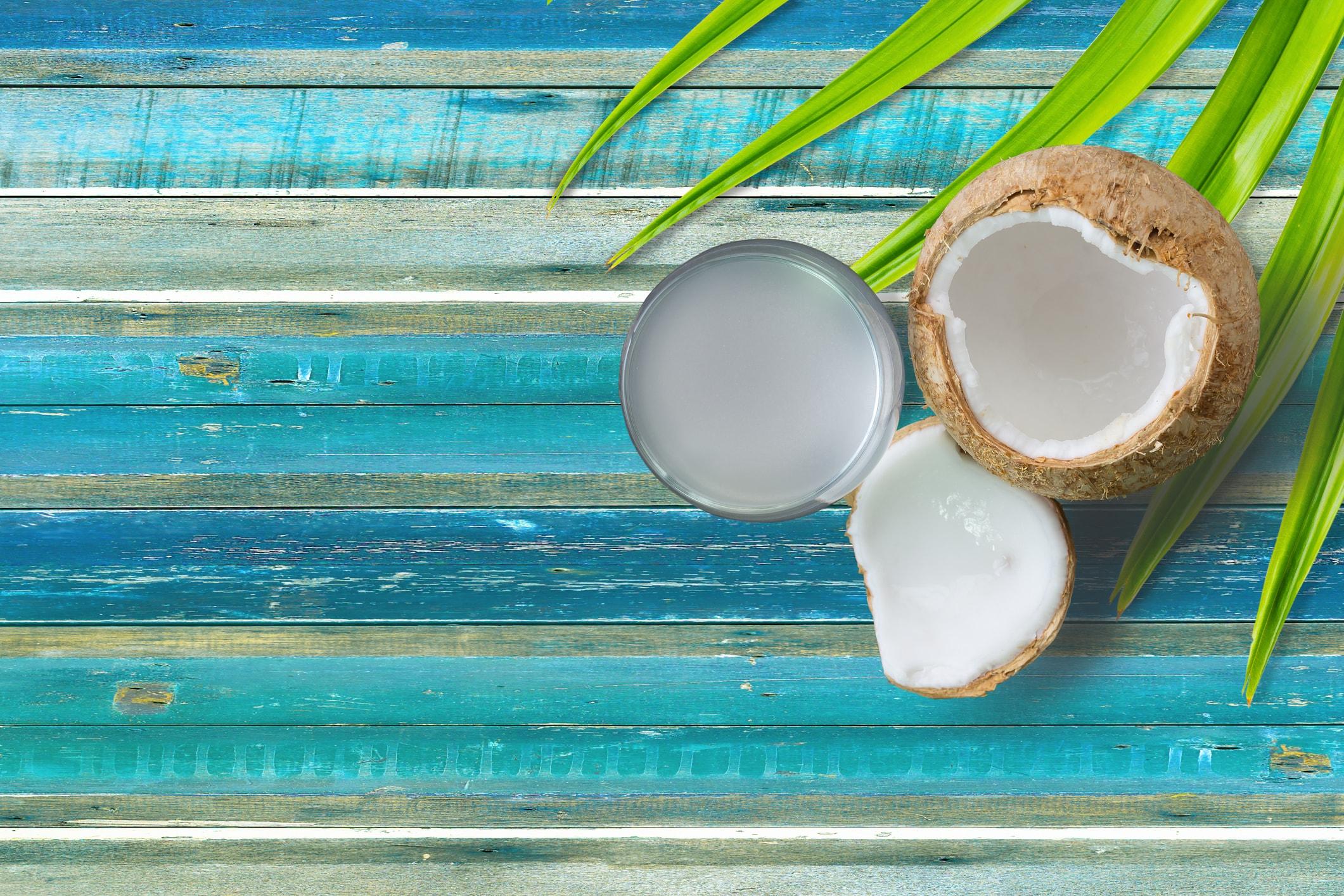 Kokosöl hilft gegen trockene Füße