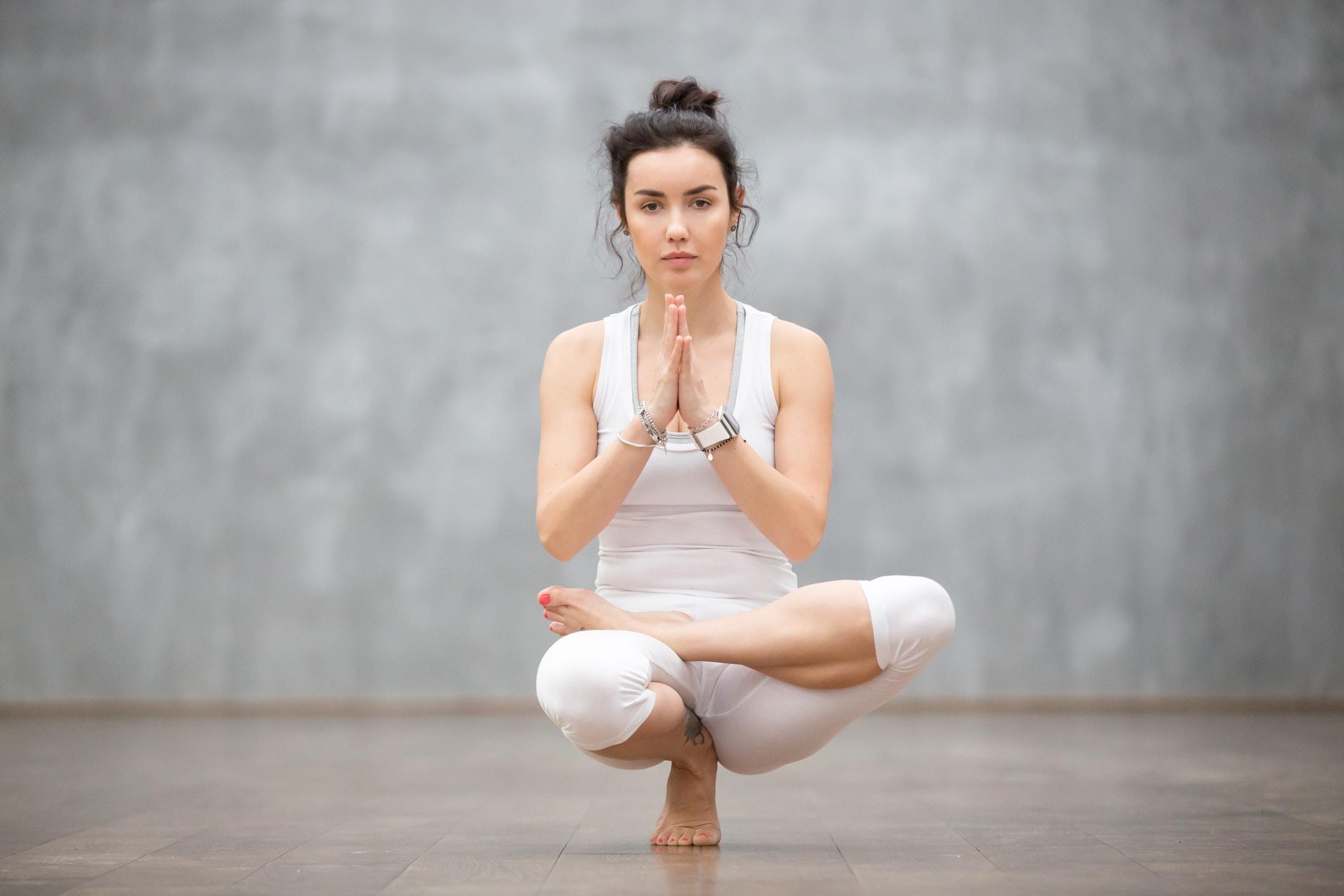 Mädchen treibt Yoga und meditiert
