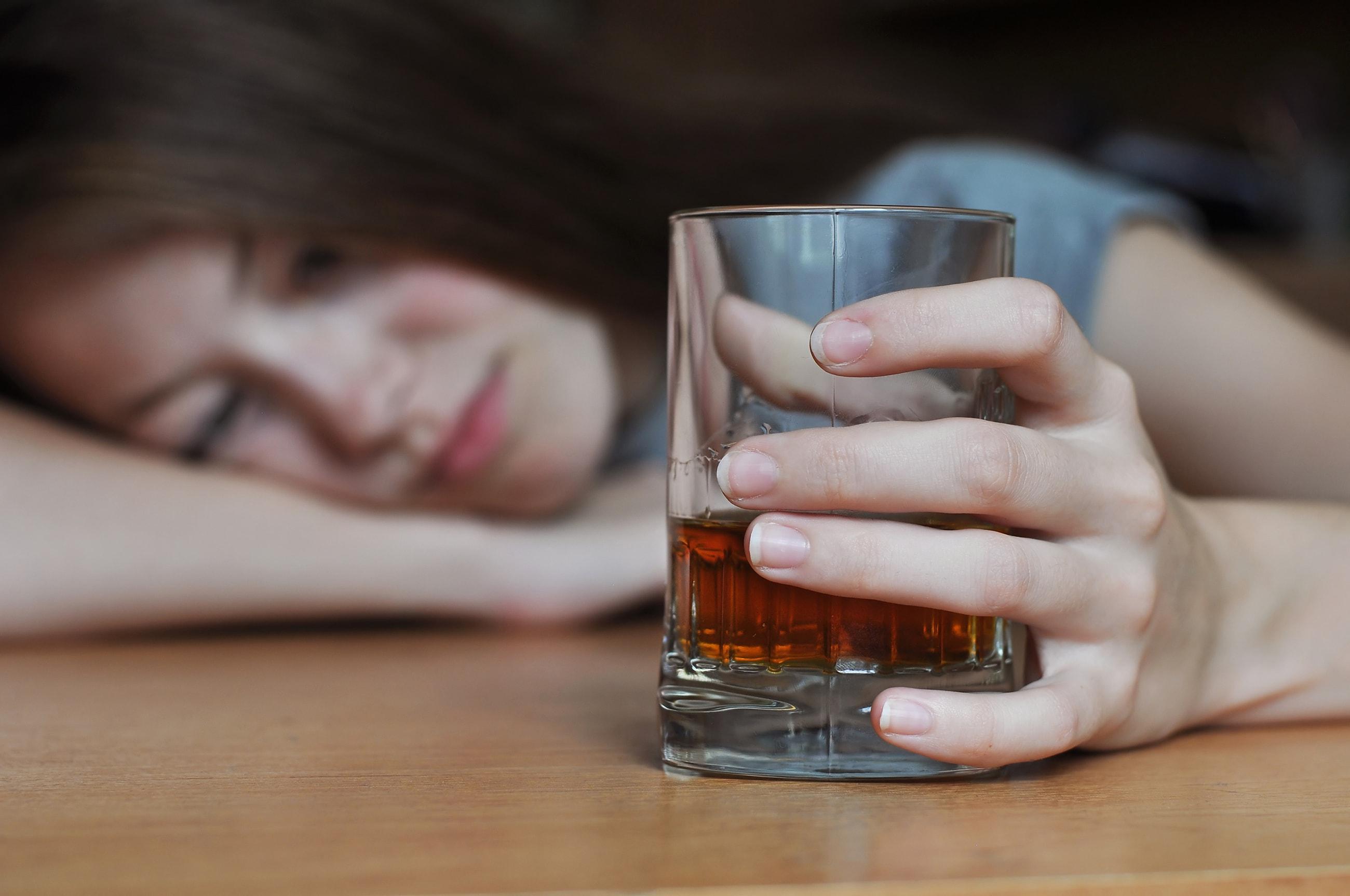 Mädchen trinkt Alkohol