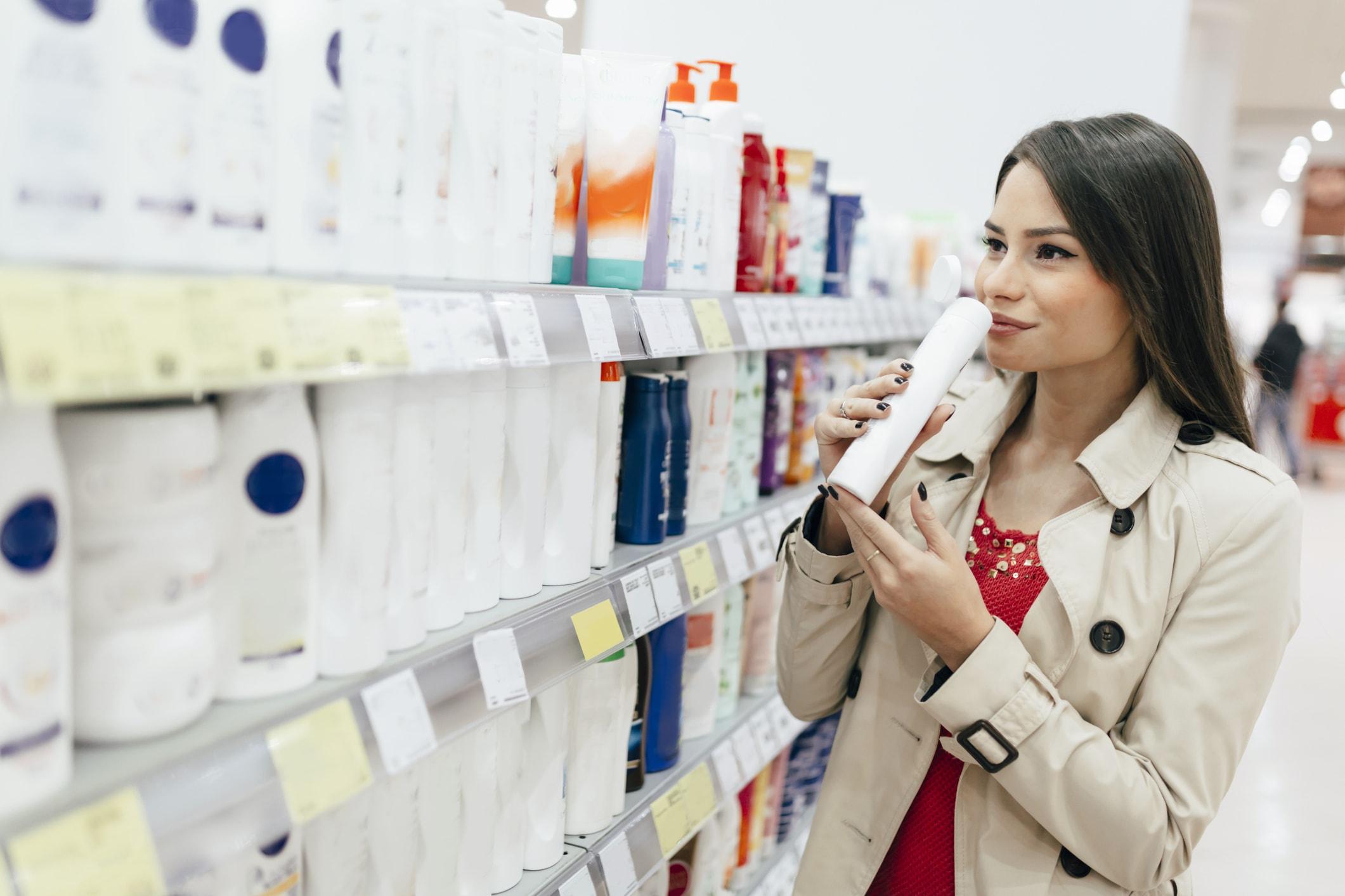 Dame wählt Shampoo aus