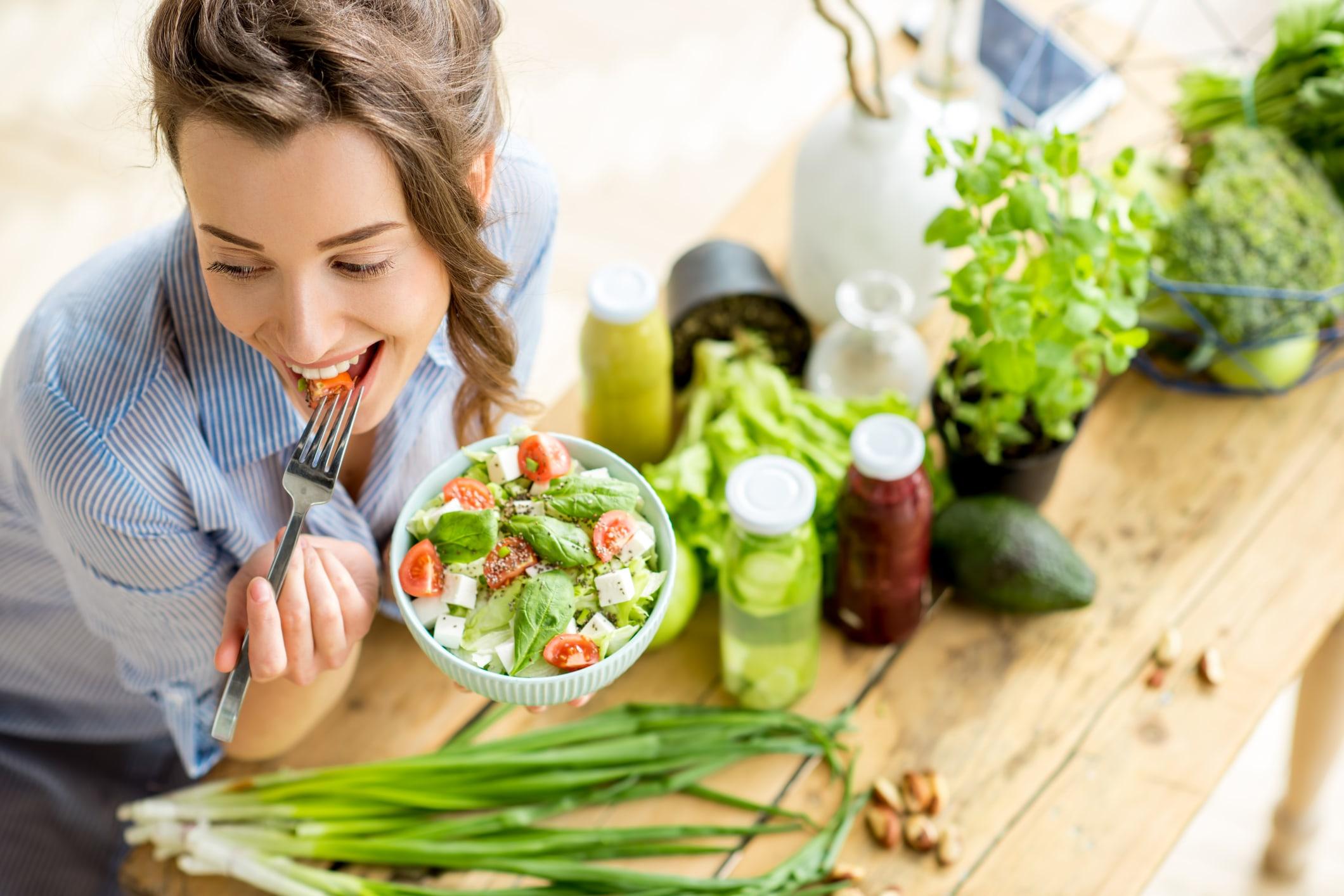 Mädchen isst Salat