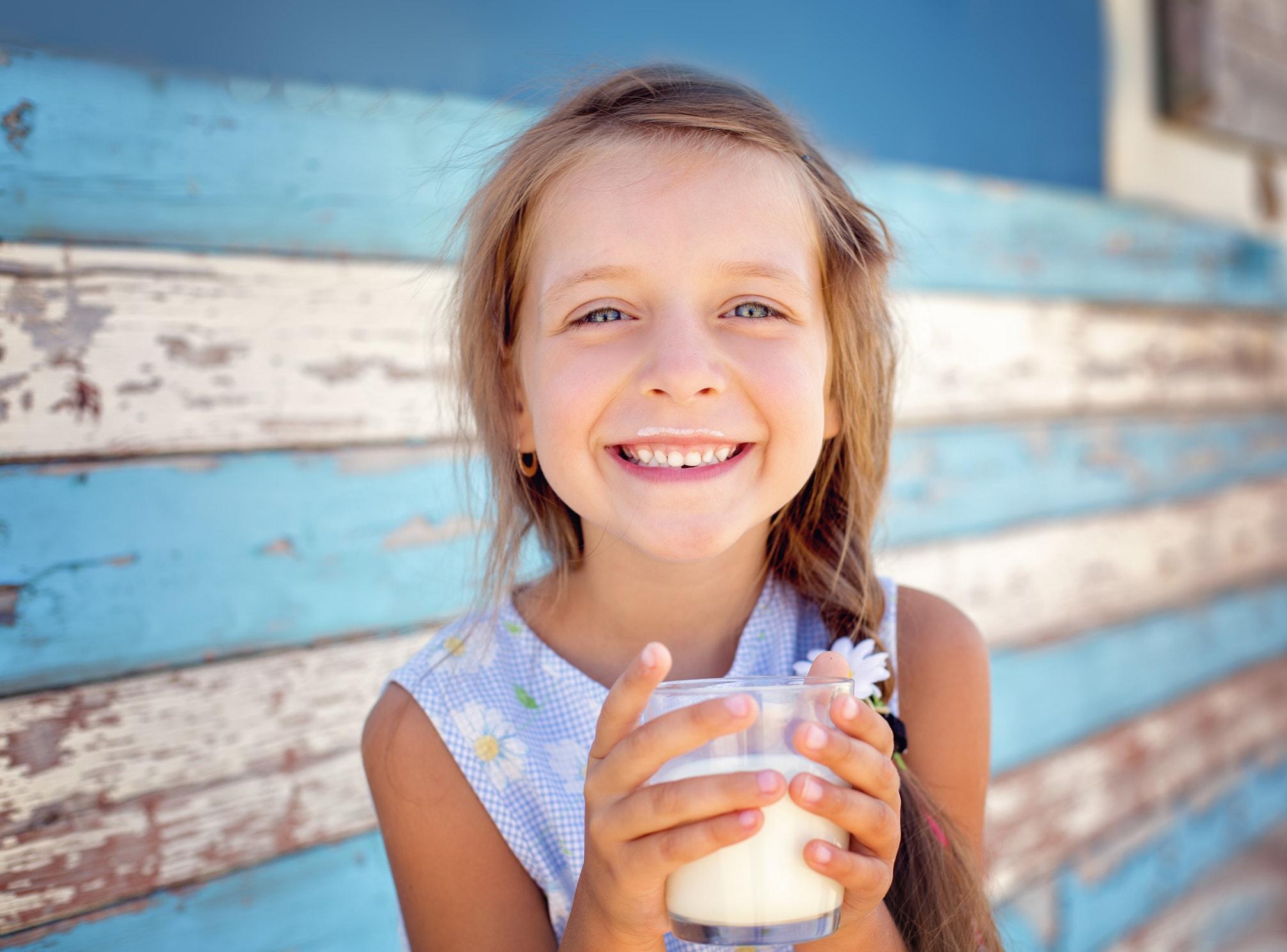 Junges Mädchen trinkt Milch