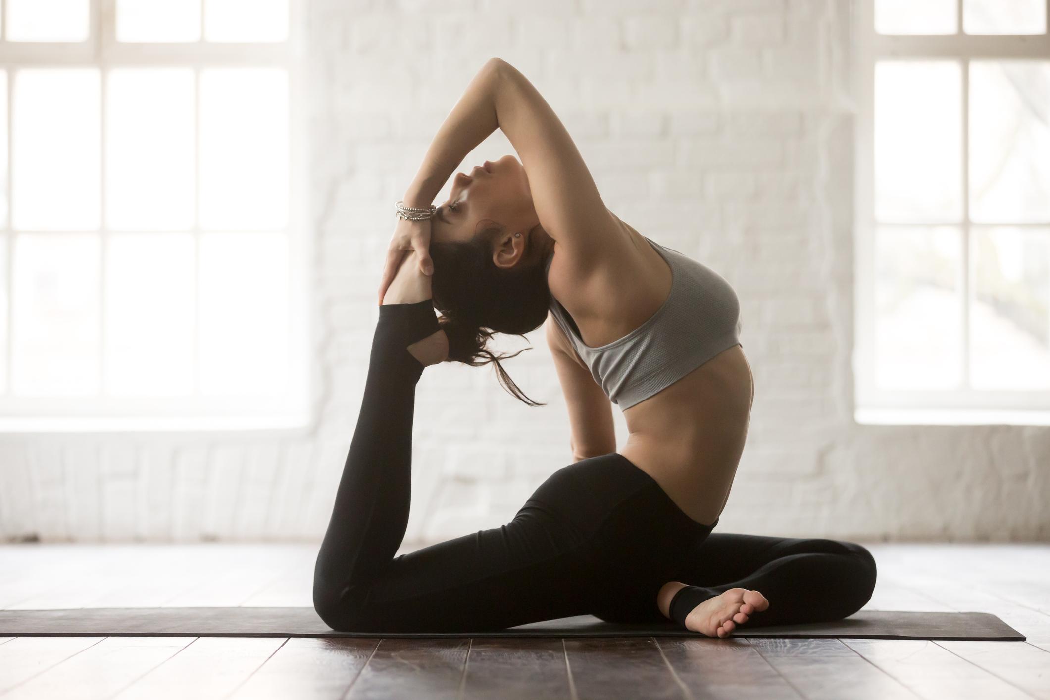 Mädchen treibt Yoga