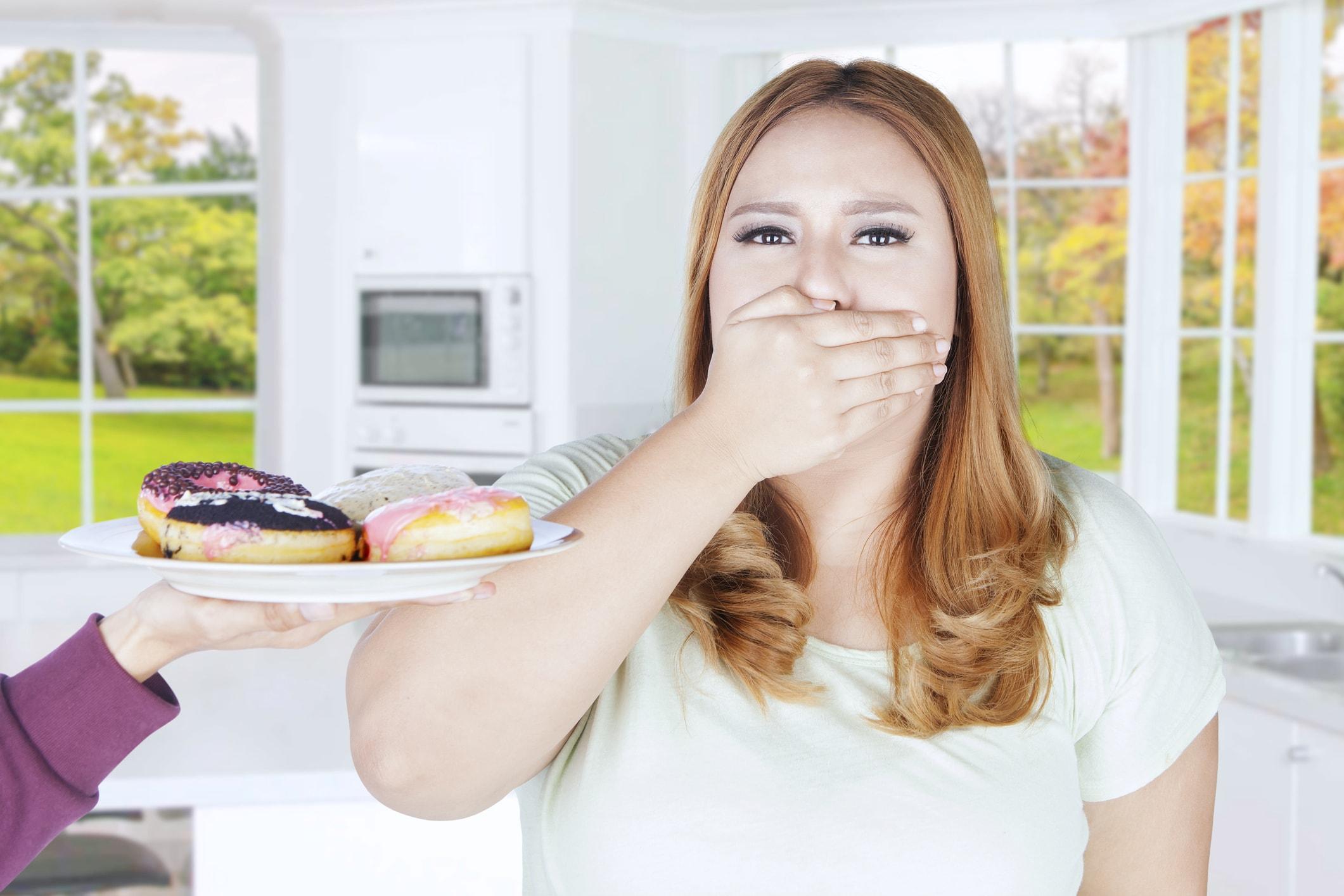 Die Dame verzichtet auf Süßigkeiten.