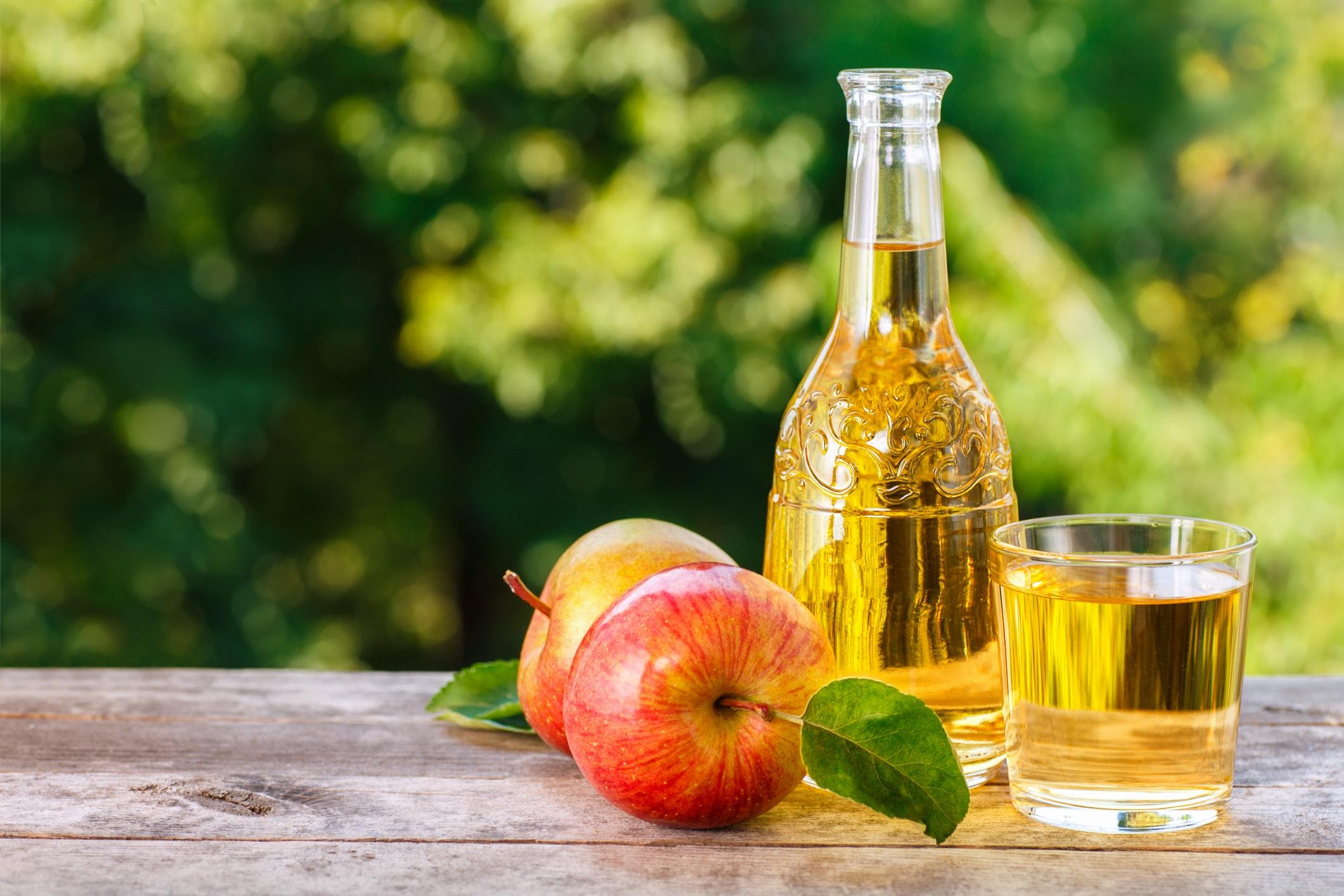 Apfelessig und Äpfel