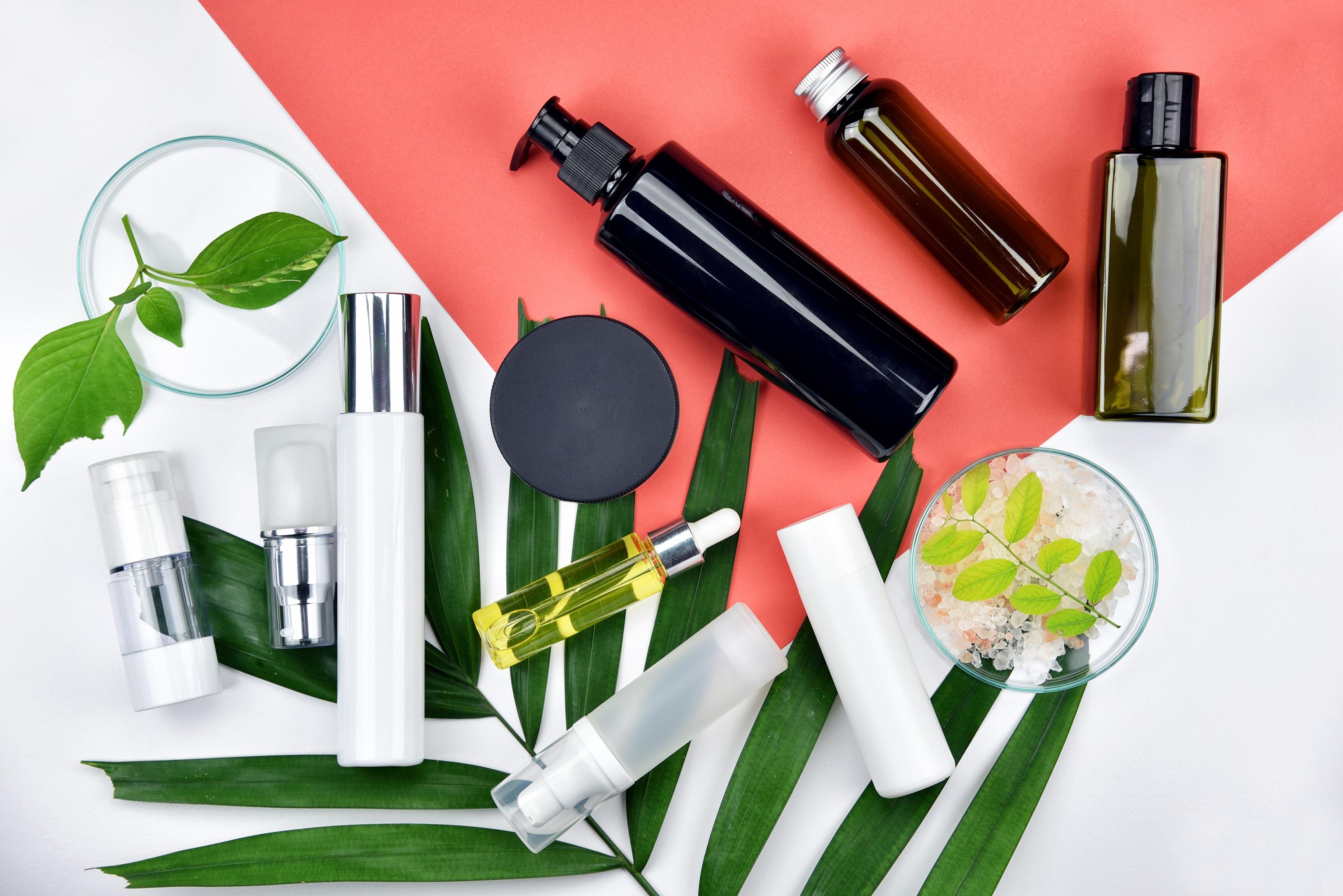 Beauty-Produkte und Blätter