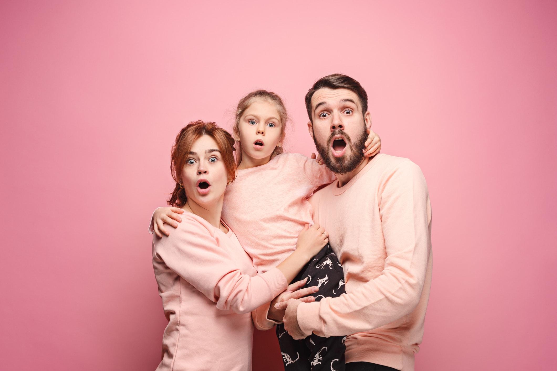 Familie und rosa Hintergrund