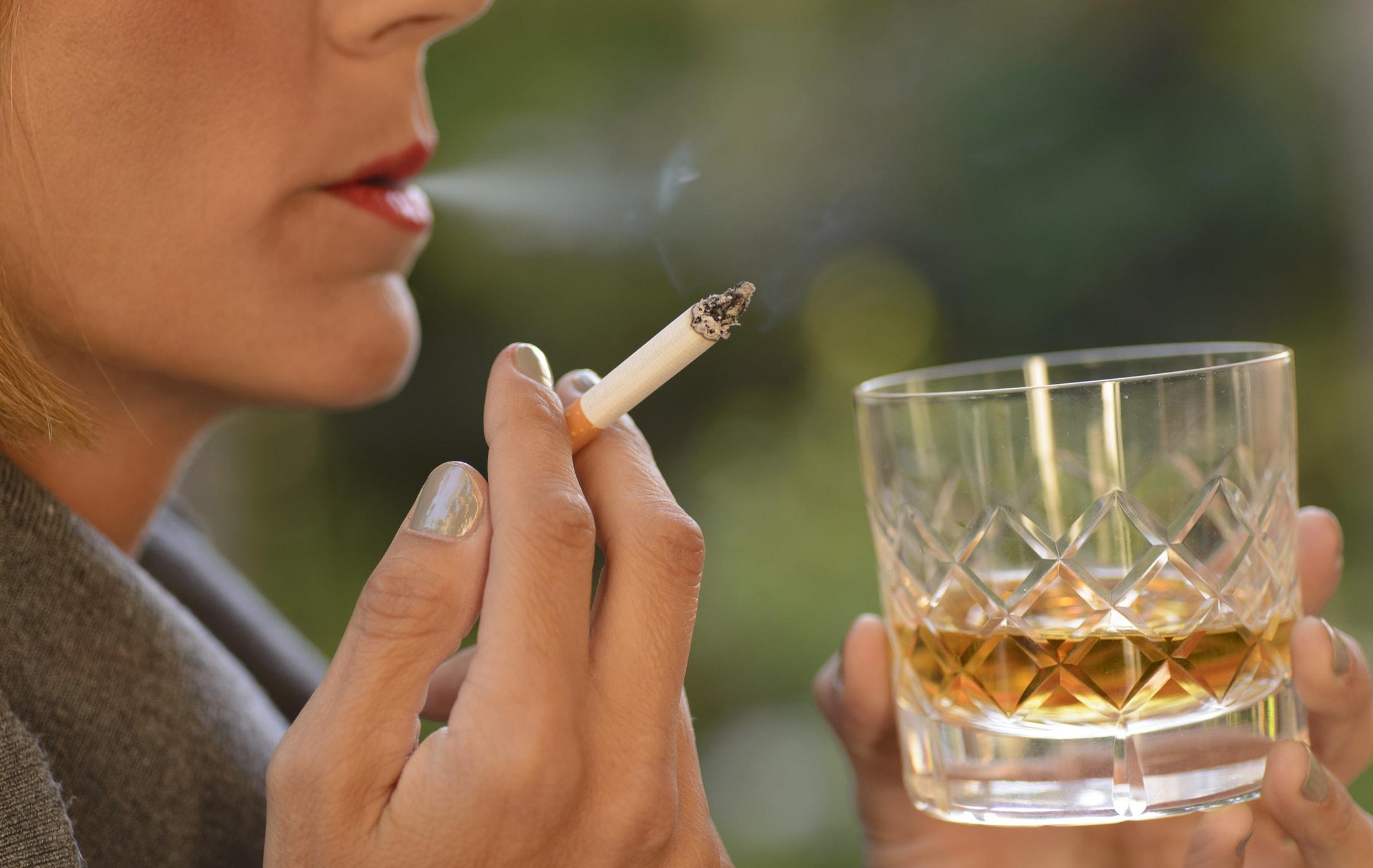 Rauchende und trinkende Frau