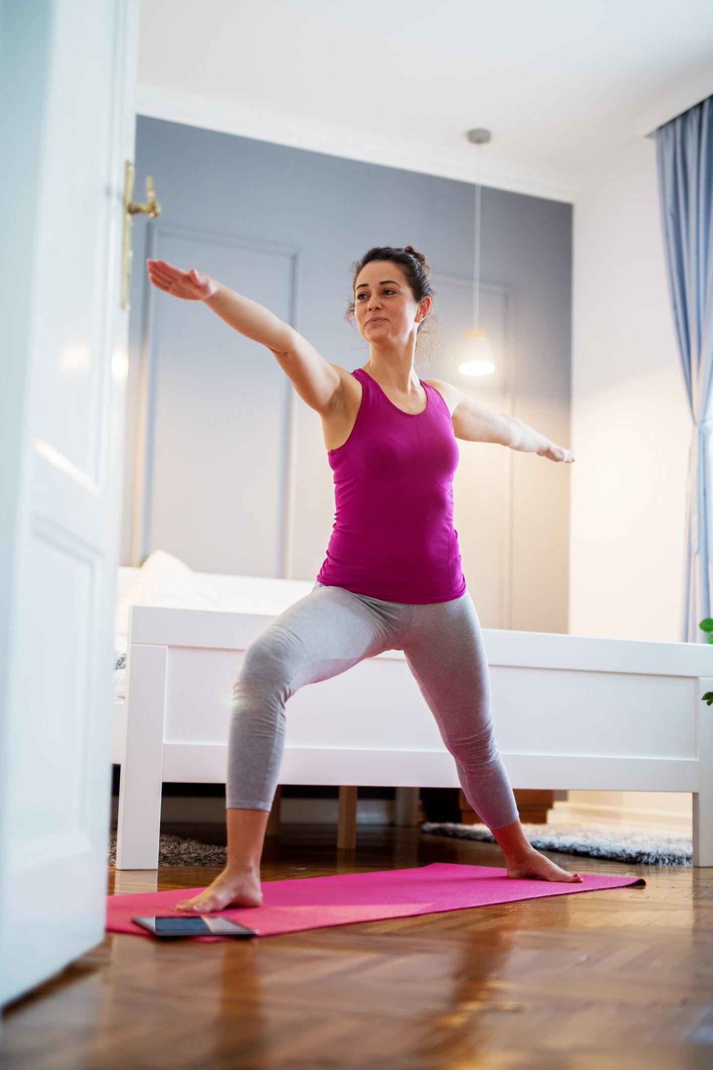 Frau treibt Yoga zuhause