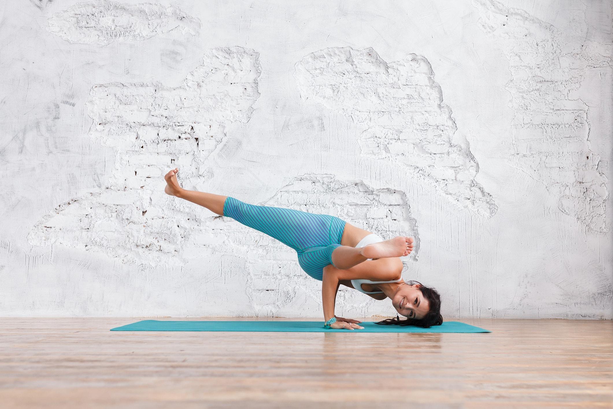 Frau treibt Yoga auf dem Teppich