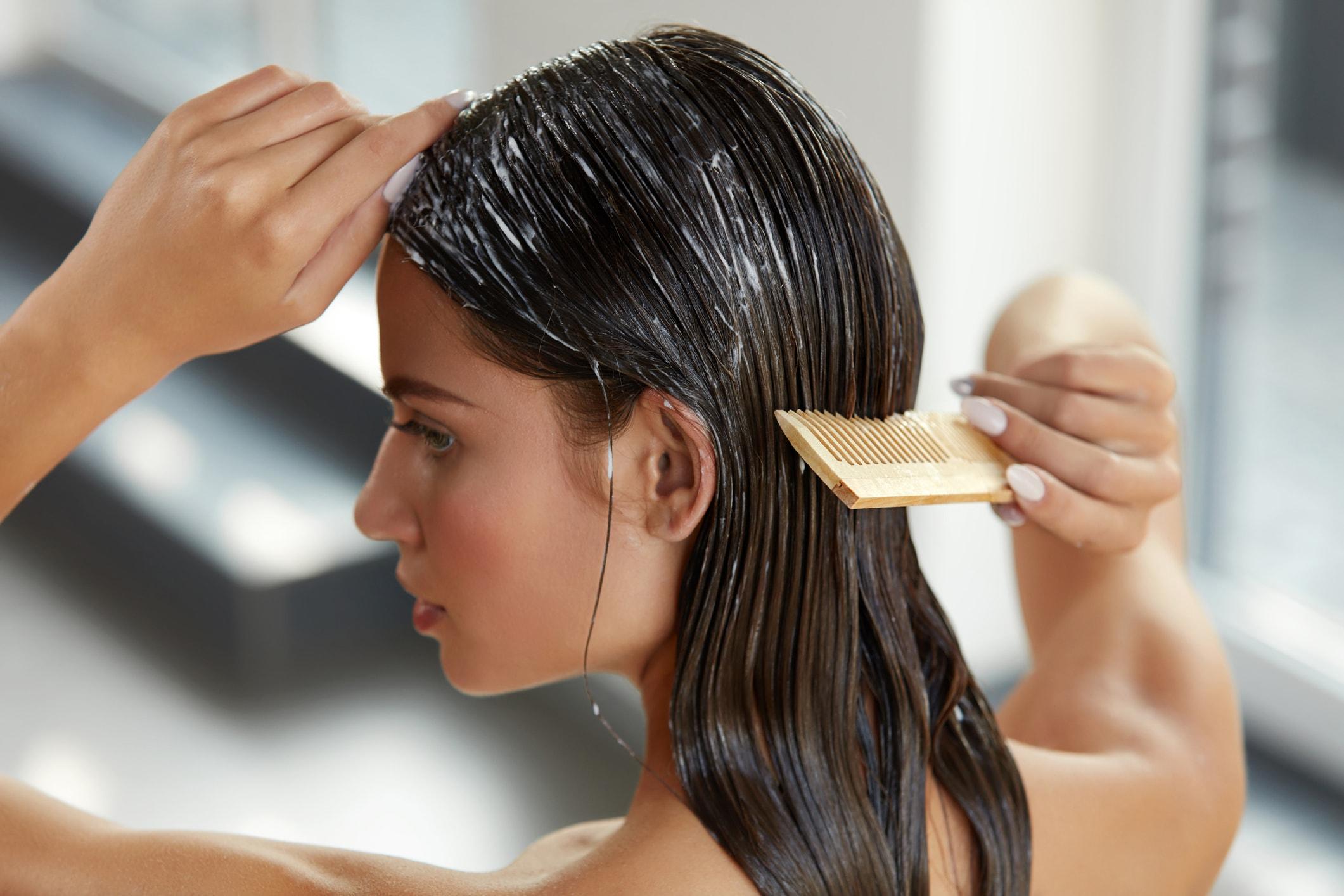 Dame macht Haarmaske