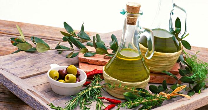 Olivenöl enthält viele gesunde Fette für deine Low Carb Ernährung