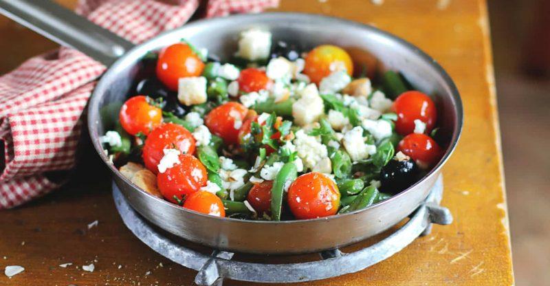 Mediterraner Bohnensalat mit Parmesan-Basilikum-Pesto-Dressing