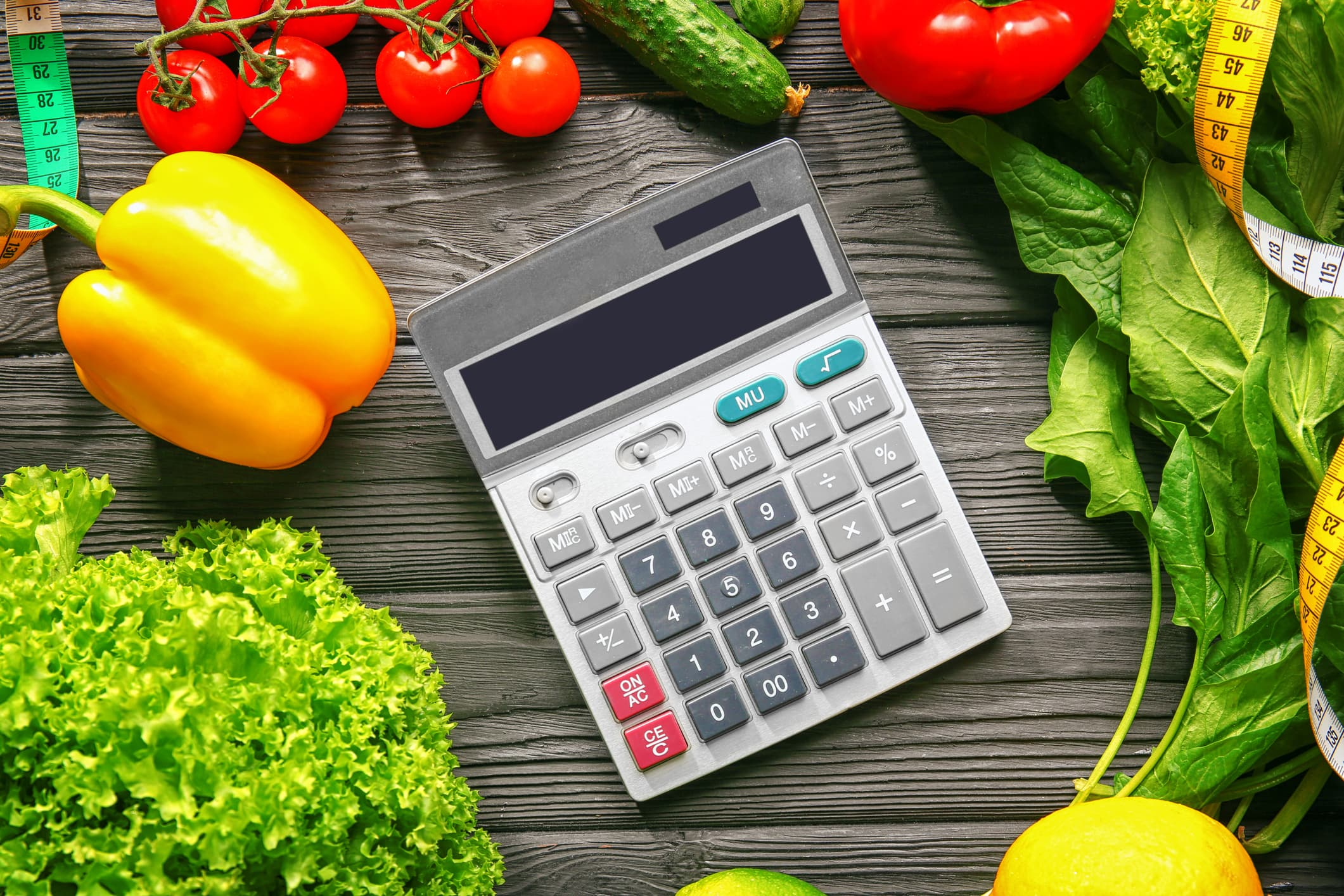 Taschenrechner liegt zwischen Gemüse